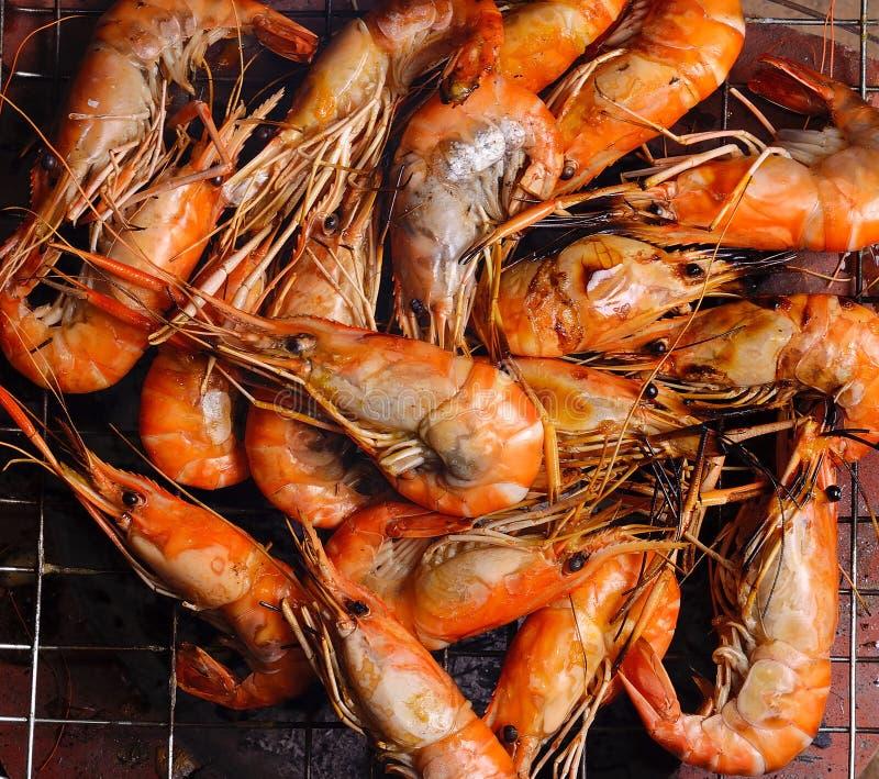 Feche acima do camarão grelhado com chamas fotos de stock royalty free
