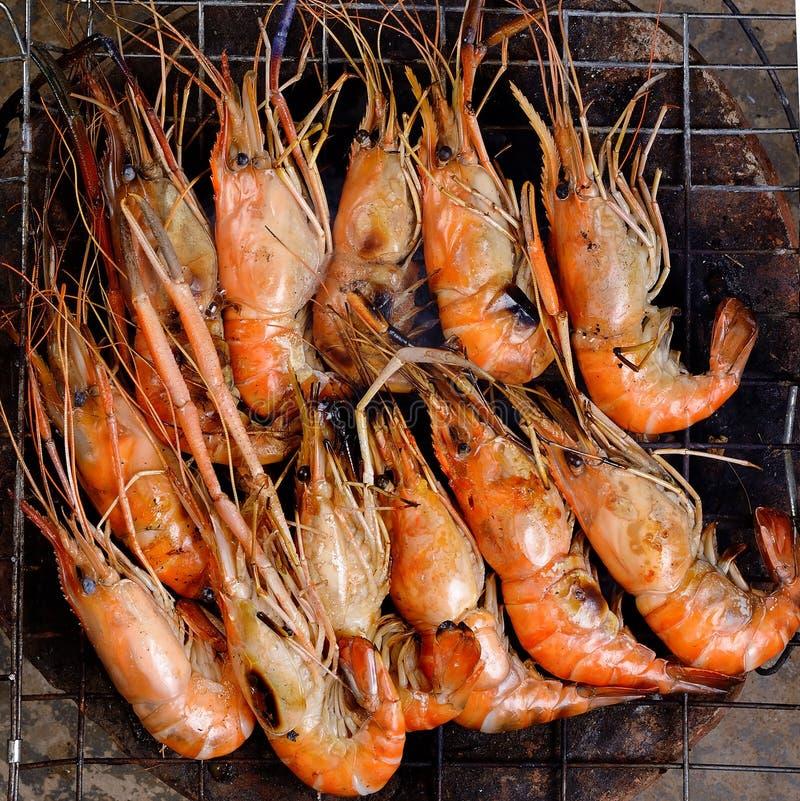 Feche acima do camarão grelhado com chamas imagem de stock royalty free