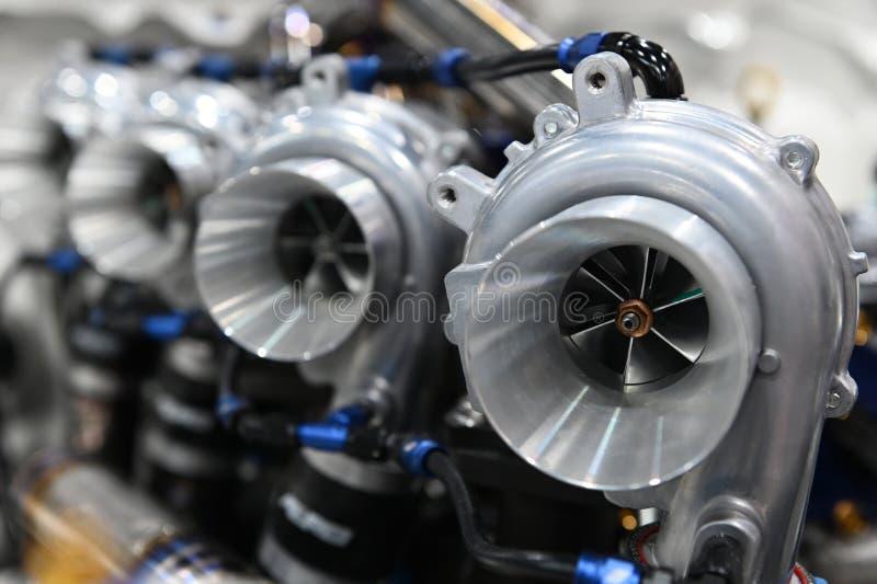 Feche acima do carregador do turbocompressor instalado no motor de automóveis para a movimentação do torque do impulsionador do p fotografia de stock royalty free