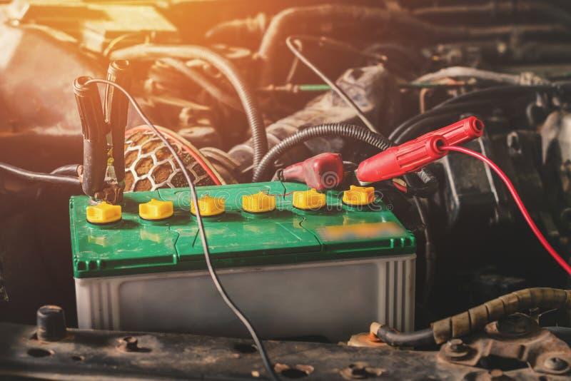 feche acima do carregamento com os cabos da calha da eletricidade fotos de stock