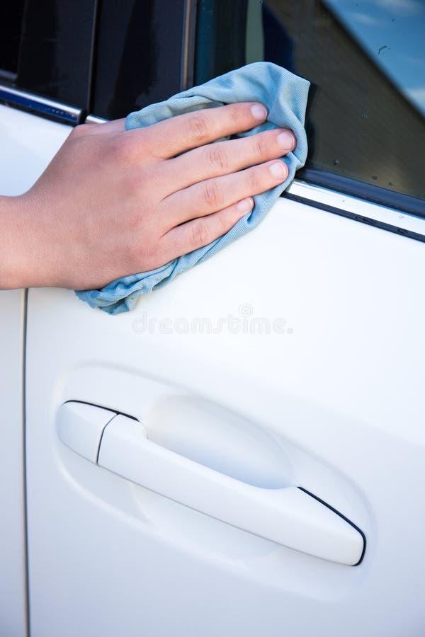 Feche acima do carro masculino da limpeza da mão com pano do microfiber imagens de stock royalty free