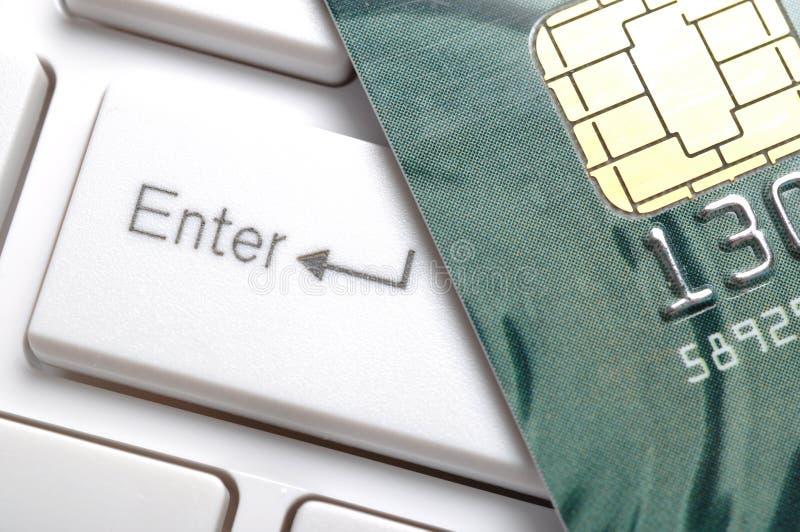 Feche acima do cartão de crédito em um teclado de computador. imagens de stock
