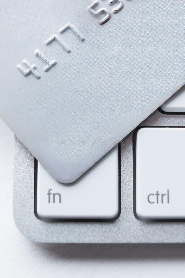 Feche acima do cartão de crédito em um teclado do portátil fotografia de stock royalty free