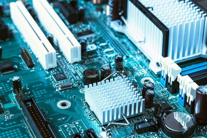 Feche acima do cartão-matriz tonificado azul do computador imagens de stock