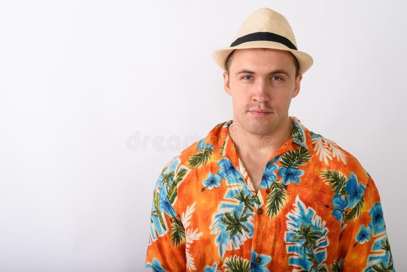 Feche acima do chapéu vestindo do homem muscular novo do turista contra o branco foto de stock royalty free
