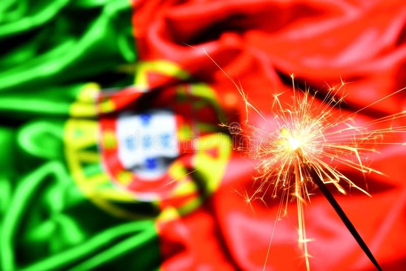 Feche acima do chuveirinho que queima-se sobre Portugal, bandeira portuguesa Feriados, celebração, conceito do partido imagem de stock royalty free