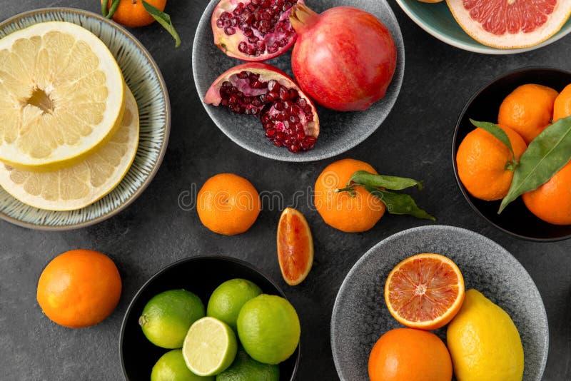 Feche acima do citrino em frutos das bacias na tabela de pedra imagens de stock royalty free