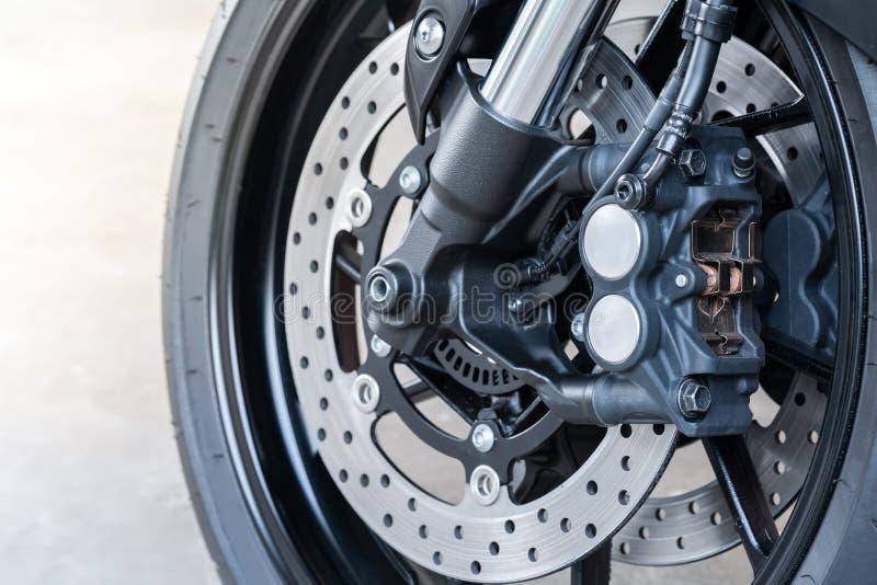 Feche acima do compasso de calibre radial da montagem na bicicleta grande, na motocicleta com o freio de disco de flutuação gêmeo imagem de stock