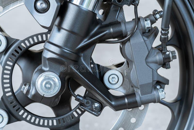 Feche acima do compasso de calibre radial da montagem na motocicleta - freio de disco e sistema do ABS em bicicletas de um esport imagens de stock royalty free