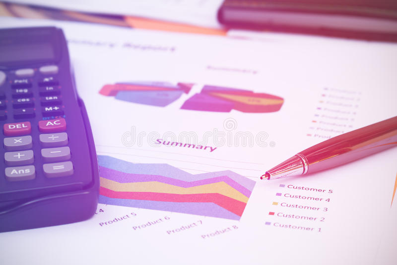 Feche acima do conceito do negócio, a pena está no relatório sumário e no calculat foto de stock