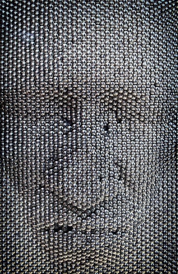Feche acima do conceito do rosto humano feito do brinquedo da placa do pino foto de stock