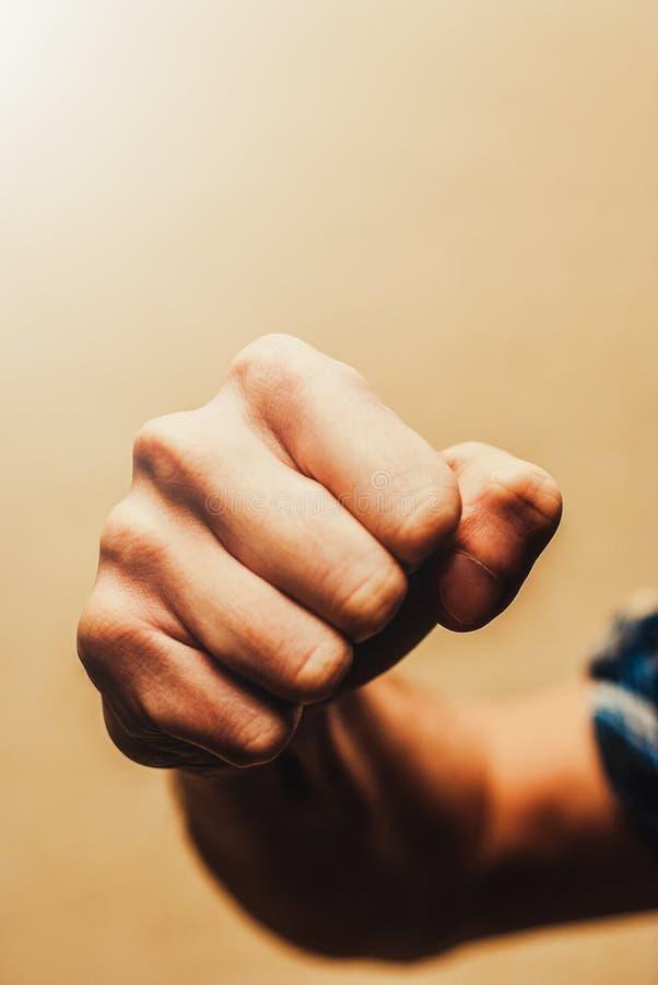Feche acima do conceito masculino da agressão do punho foto de stock