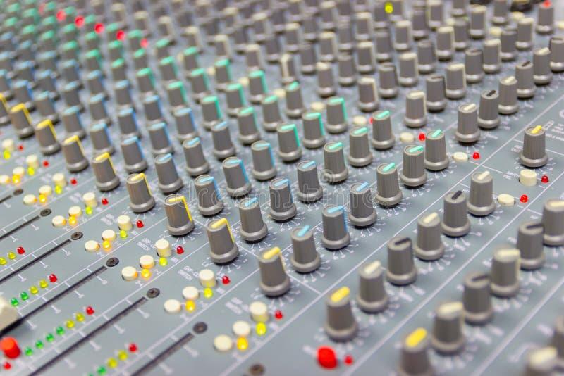 Feche acima do console de mistura de um sistema de alta fidelidade grande, do equipamento audio e do painel de controle foto de stock