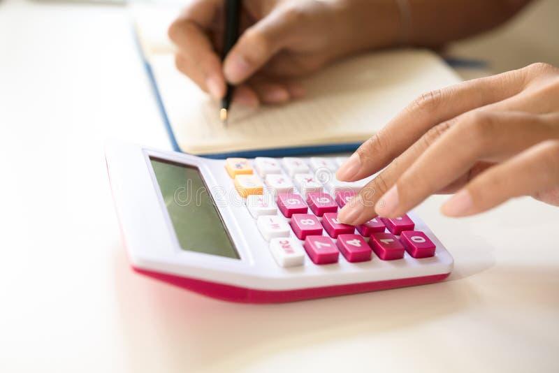 Feche acima do contador ou do banqueiro que fazem cálculos fotografia de stock royalty free