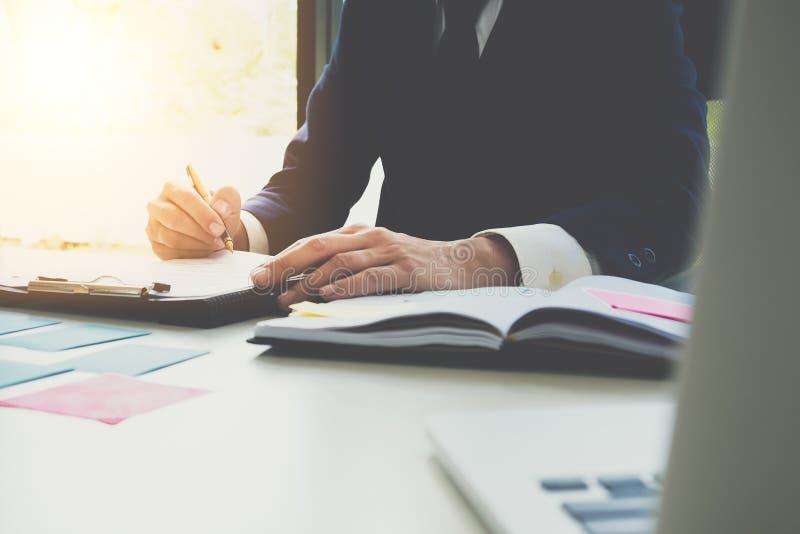 Feche acima do contrato de assinatura que faz um acordo, busine do homem de negócio do CEO foto de stock royalty free