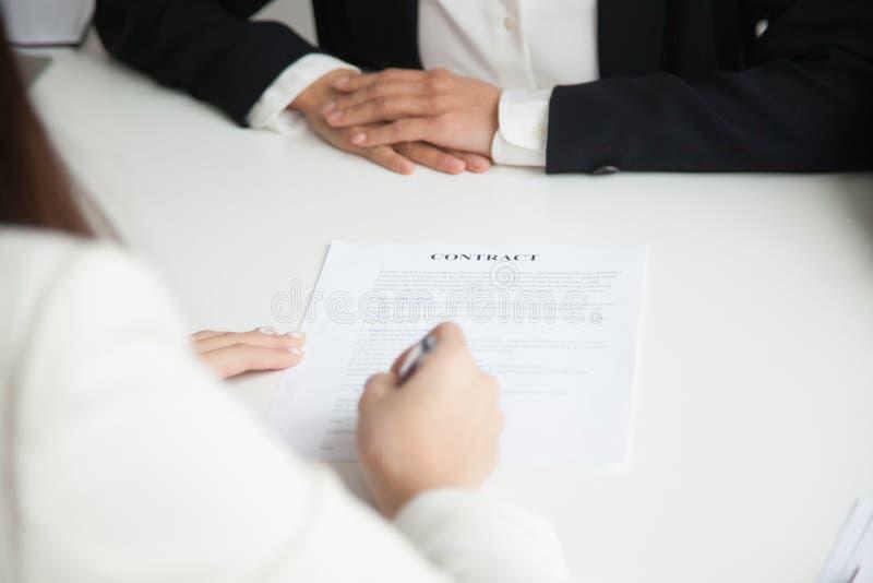 Feche acima do contrato de trabalho de assinatura foto de stock royalty free