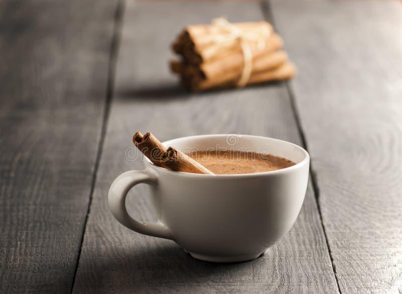 Feche acima do copo branco da bebida quente leitosa do salep de Turquia com a especiaria saudável do pó da canela fotografia de stock royalty free