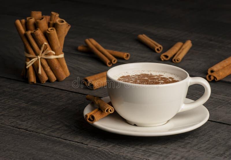 Feche acima do copo branco da bebida quente leitosa do salep de Turquia com pó da canela fotos de stock