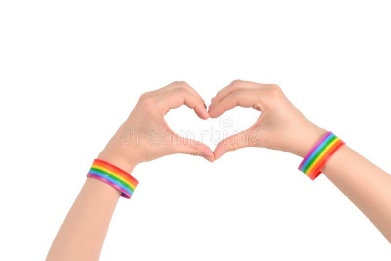 Feche acima do coração feito pelas mãos da mulher com a pele pálida isolada no fundo branco LGBT foto de stock