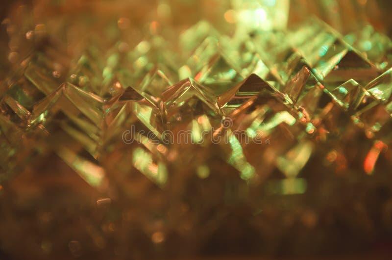 Feche acima do cristal cortado na luz ambarina misteriosa imagem de stock royalty free
