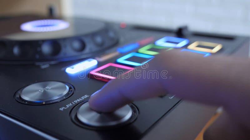 Feche acima do dedo que pressiona o botão para jogar a música imagens de stock royalty free