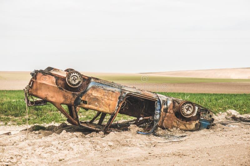 Feche acima do detalhe de destruição queimada oxidada abandonada do carro imagem de stock
