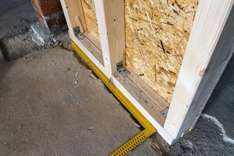 Feche acima do detalhe de elementos de madeira da parede da construção da casa Inte fotografia de stock royalty free