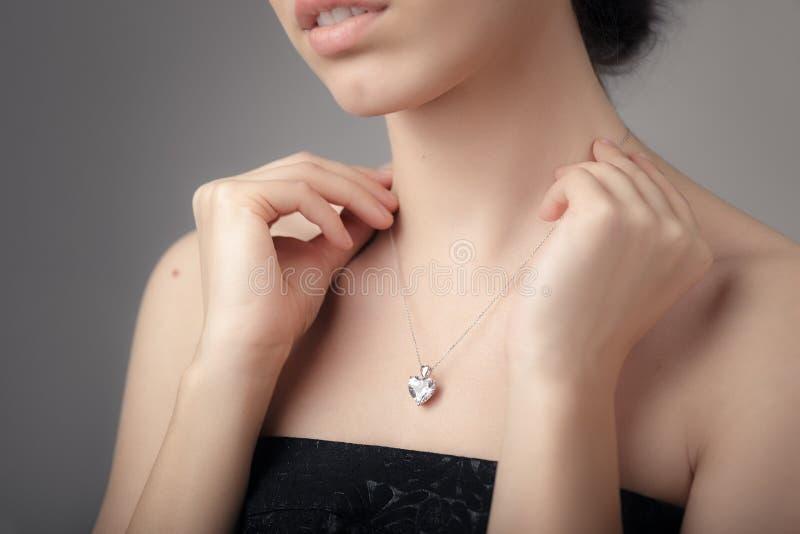 Feche acima do detalhe de uma colar bonita no tiro do encanto imagem de stock royalty free