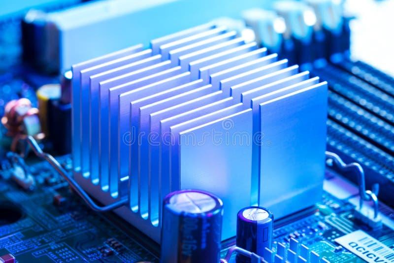 Feche acima - do dissipador de calor de alumínio em um cartão-matriz do computador fotos de stock
