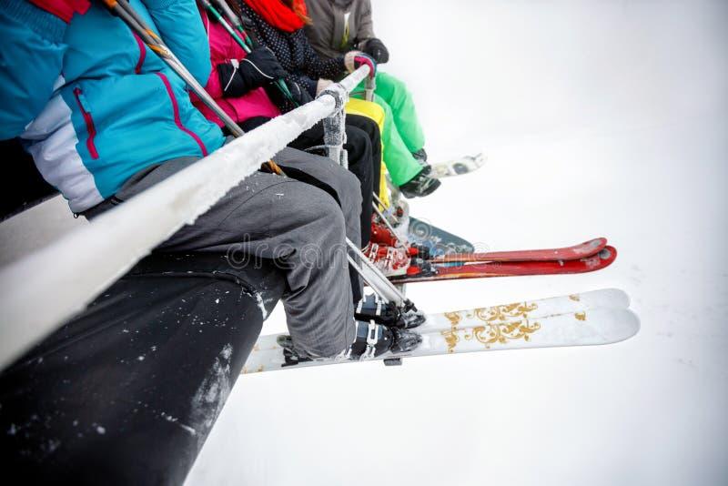 Feche acima do equipamento do esqui no elevador de esqui imagem de stock