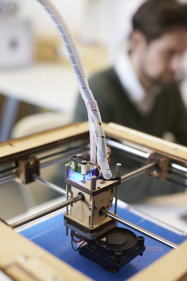 Feche acima do estúdio de Operating In Design da impressora 3D imagem de stock royalty free