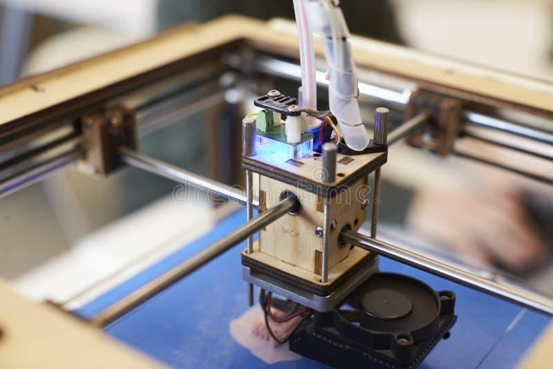 Feche acima do estúdio de Operating In Design da impressora 3D imagem de stock