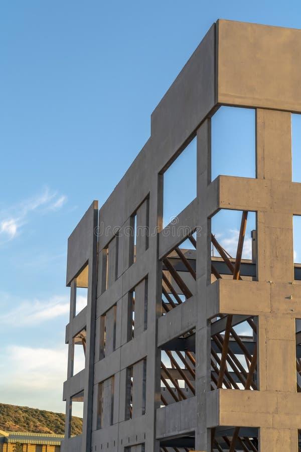 Feche acima do exterior de uma construção sob a construção contra o céu nebuloso imagem de stock royalty free