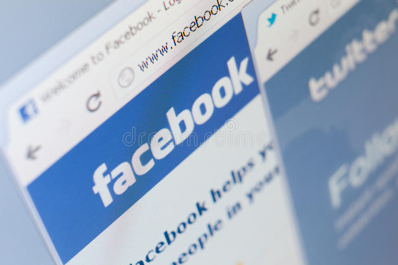 Feche acima do facebook e piar o tiro de tela das páginas imagens de stock