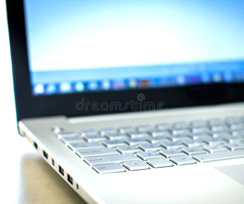 Feche acima do foco seletivo do laptop de prata foto de stock