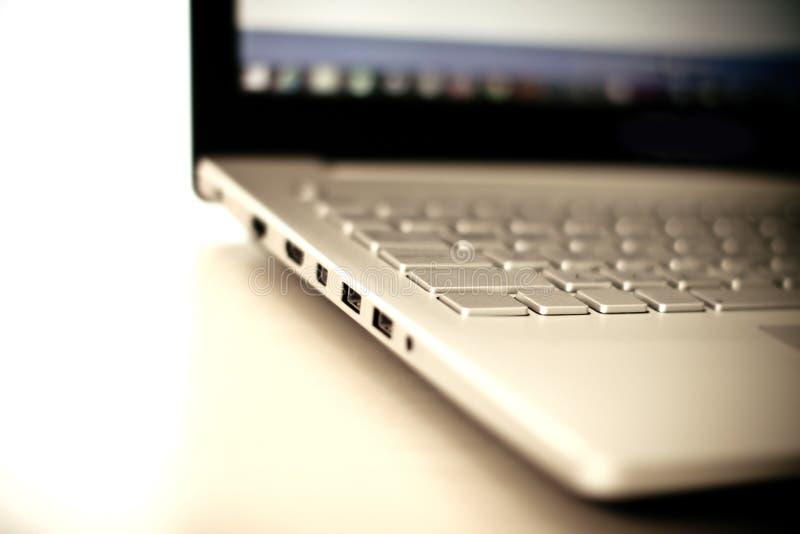 Feche acima do foco seletivo do laptop de prata fotos de stock royalty free