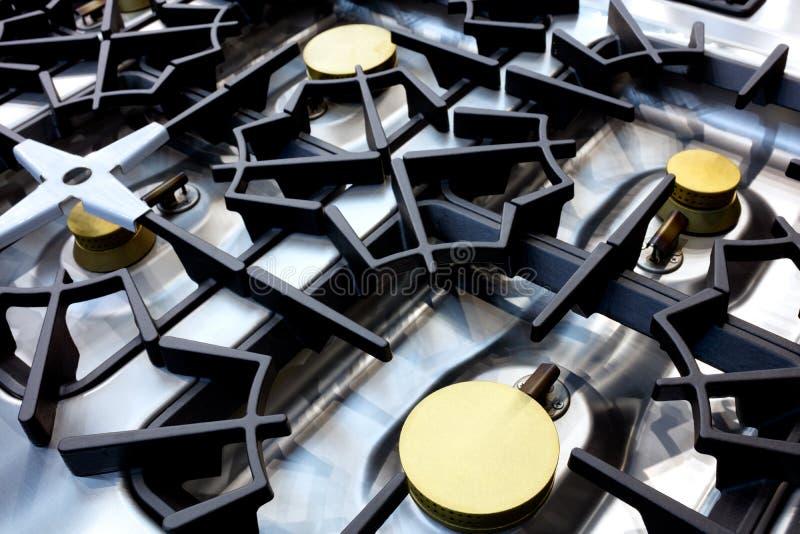 Feche acima do fogão de gás de brilho moderno profissional do metal no restaurante imagens de stock royalty free
