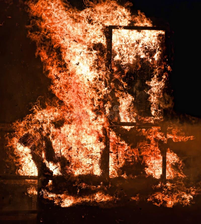Feche acima do fogo do material de madeira imagens de stock