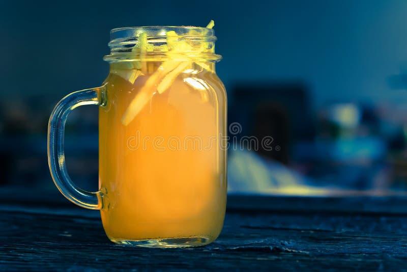 Feche acima do frasco de vidro com perfurador saudável delicioso da maçã imagem de stock