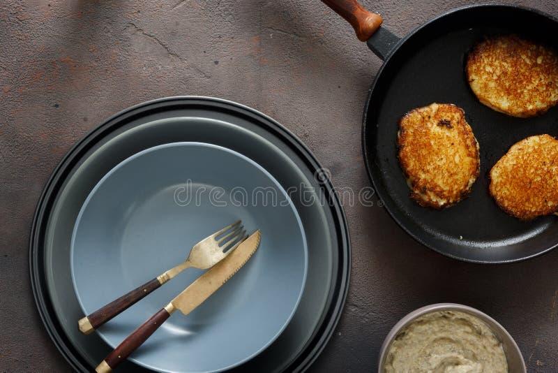 Feche acima do fundo da obscuridade das panquecas de batata e do molho de cogumelo imagem de stock royalty free