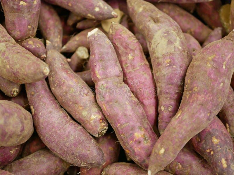 Feche acima do fundo de batatas doces cruas foto de stock
