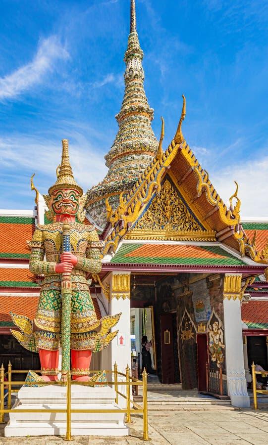 Feche acima do gigante na entrada a Wat Phra Kaew, Banguecoque, imagens de stock royalty free