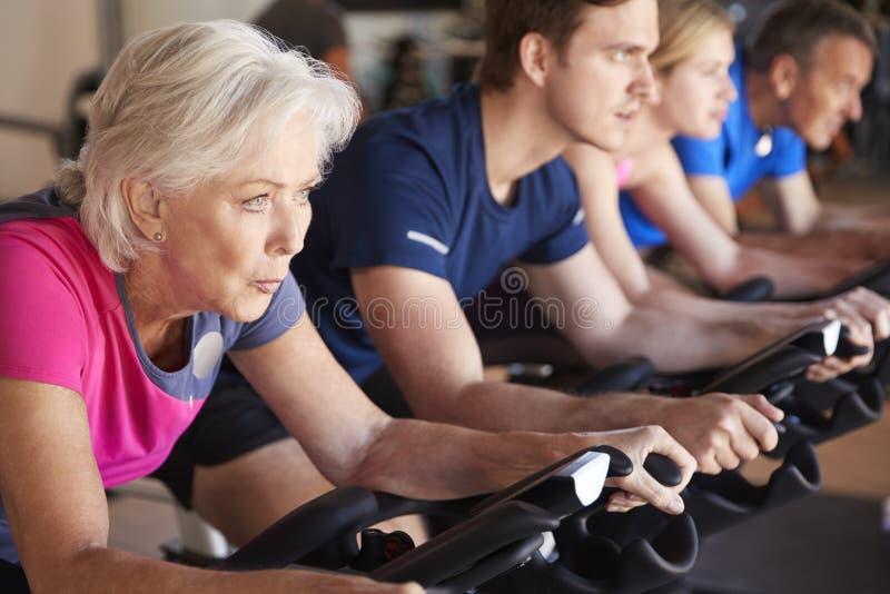 Feche acima do grupo que toma a classe da rotação no Gym imagem de stock royalty free