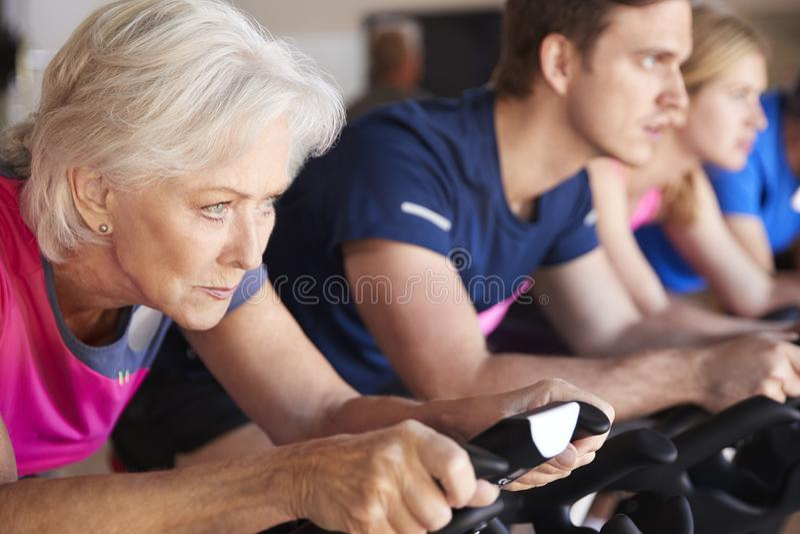 Feche acima do grupo que toma a classe da rotação no Gym fotos de stock royalty free