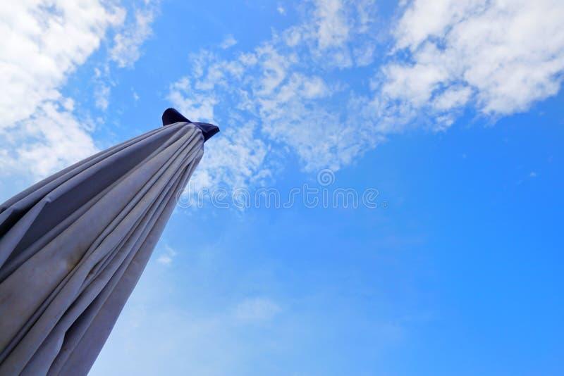 Feche acima do guarda-chuva no céu azul com nuvens fotos de stock royalty free