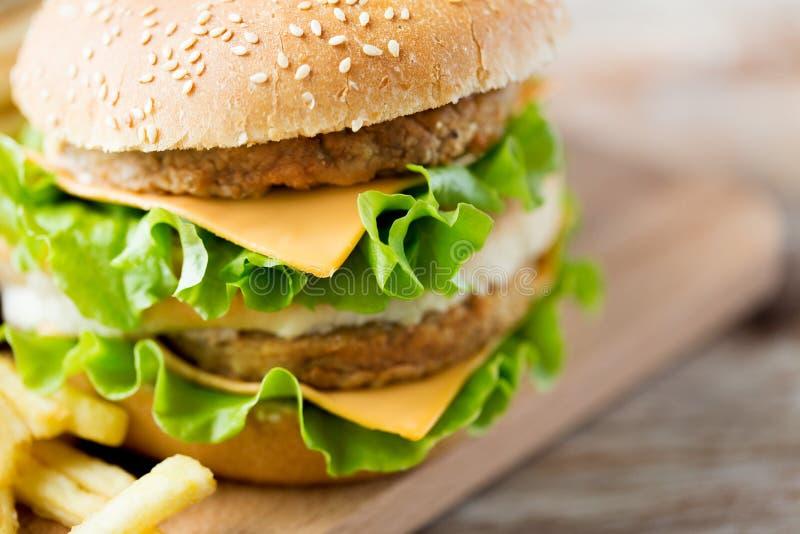 Feche acima do Hamburger ou do cheeseburger na tabela fotografia de stock