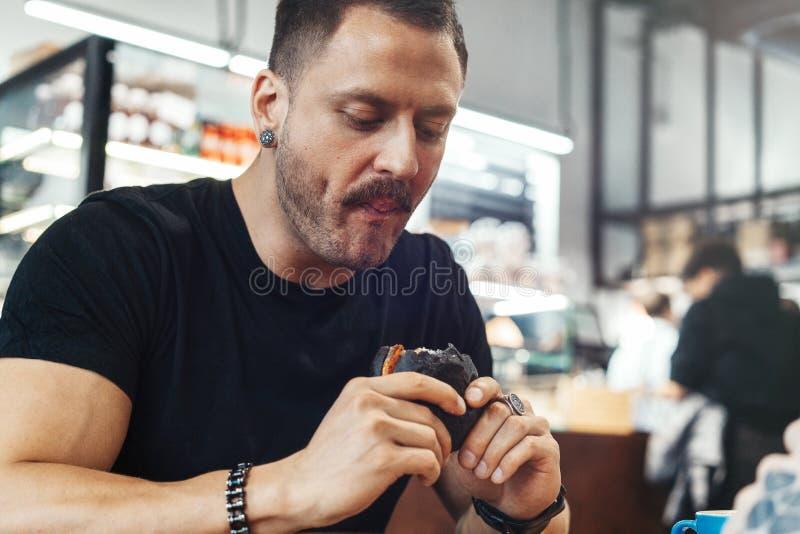 Feche acima do hamburguer suculento fresco antropófago considerável novo no café foto de stock