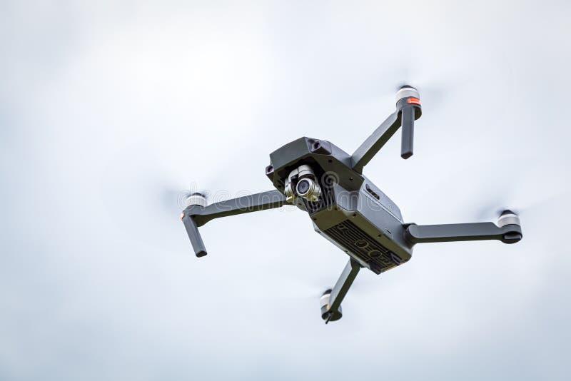Feche acima do helicóptero do dron com uma câmera fotografia de stock royalty free