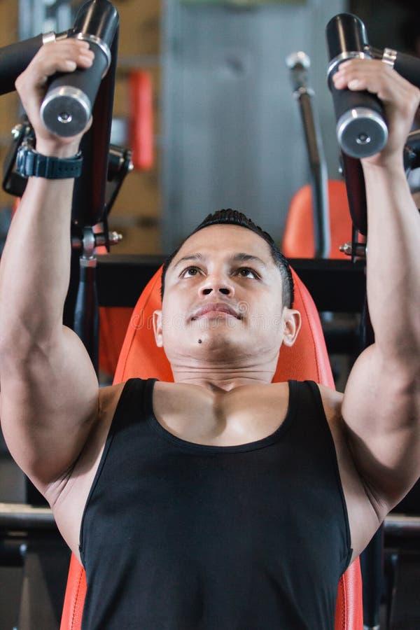 Feche acima do homem asiático considerável da vista que faz exercícios da caixa fotografia de stock