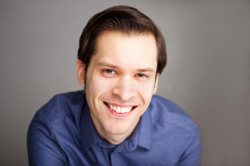 Feche acima do homem de negócio atrativo que sorri com confiança fotografia de stock royalty free